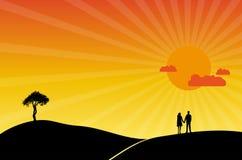 Paar minnaars bij romantische zonsondergang Stock Afbeelding