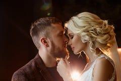 Paar na het huwelijk wordt en wordt gekust gekoesterd dat De bruid en de bruidegom koesteren elkaar en onderzoeken hun ogen Liefd stock foto