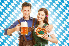 Paar in Oktoberfest met bier Stock Afbeelding