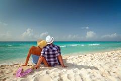Paar in omhelzing bij de Caraïbische Zee Stock Afbeelding