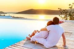 Paar in omhelzing het letten op zonsopgang Stock Foto