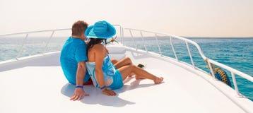 Paar in omhelzing het ontspannen op de cruise Stock Afbeelding