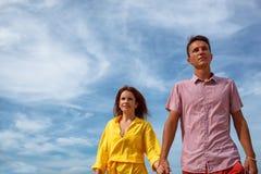 Paar onder blauwe hemel Royalty-vrije Stock Afbeelding