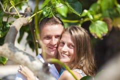 Paar onder boom stock foto