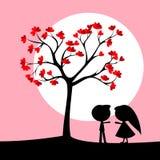 Paar onder liefdeboom Stock Afbeeldingen