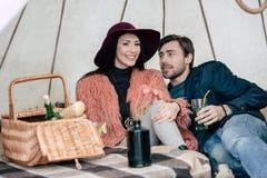 Paar onder paraplu bij picknick royalty-vrije stock afbeeldingen