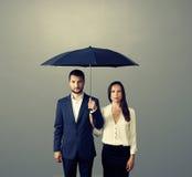 Paar onder paraplu over dark stock afbeeldingen
