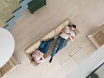 Paar op bank die mobiele telefoons hoogste mening gebruiken royalty-vrije stock afbeelding