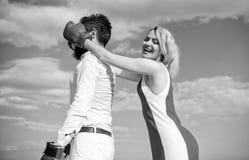 Paar op blauwe de hemelachtergrond van liefde bokshandschoenen Het meisje sluit zijn ogen bokshandschoenen Sluwe strategiewinst S stock foto