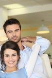Paar op de bank Royalty-vrije Stock Foto's
