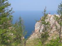 Paar op de bovenkant van de klip van Olkhon-Eiland Mening van Meer Baikal royalty-vrije stock afbeelding