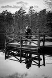 Paar op de brug in zwart-wit Stock Foto's