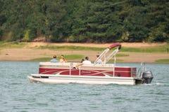 Paar op de grote boot op het meer stock afbeelding