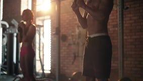 Paar op de gymnastiek stock videobeelden