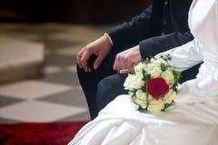 Paar op de handen van de huwelijksholding Royalty-vrije Stock Foto's