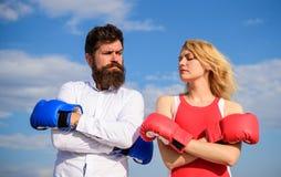 Paar op de hemelachtergrond van liefde bokshandschoenen Mens en meisje na strijd Gezinslevenverzoening en compromis royalty-vrije stock foto's
