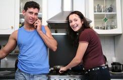 Paar op de keuken Stock Foto's