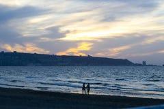 Paar op de kust Stock Foto