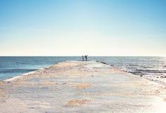 Paar op de kust royalty-vrije stock foto