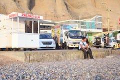 Paar op de Kust in Lima, Peru Stock Afbeeldingen
