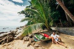Paar op de kust van Paradijseiland stock foto