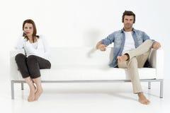 Paar op de laag die op TV let Stock Fotografie