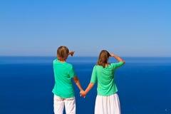 Paar op de strandvakantie Stock Afbeeldingen