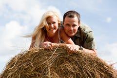 Paar op de strobaal Stock Foto