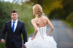 Paar op de weg royalty-vrije stock afbeelding