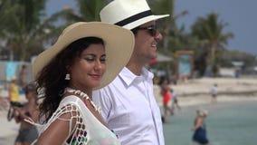 Paar op de zomervakantie stock video