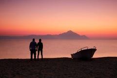 Paar op de zonsondergang royalty-vrije stock fotografie