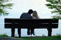 Paar op een bank Stock Foto's