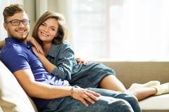 Paar op een bank thuis royalty-vrije stock afbeelding