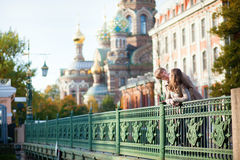 Paar op een brug dichtbij de Kerk van de Verlosser op Bloed Stock Afbeeldingen