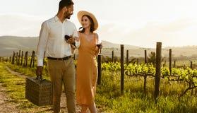 Paar op een dagtocht die in een wijngaard lopen royalty-vrije stock afbeeldingen
