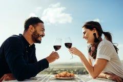 Paar op een datumzitting in een restaurant stock fotografie