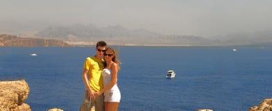 Paar op een Rode overzees Royalty-vrije Stock Afbeelding