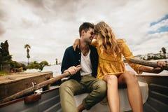 Paar op een romantische datum in een boot stock foto