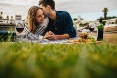 Paar op een romantische datum in openlucht royalty-vrije stock afbeelding