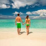 Paar op een strand in de Maldiven stock fotografie