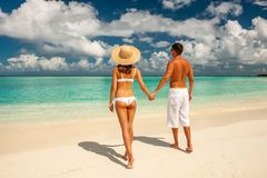 Paar op een strand in de Maldiven stock afbeeldingen