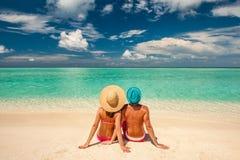 Paar op een strand in de Maldiven royalty-vrije stock afbeelding