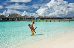 Paar op een strand in de Maldiven Stock Foto
