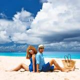 Paar op een strand in Seychellen Stock Foto