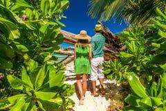 Paar op een strand in Seychellen Royalty-vrije Stock Foto's