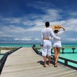 Paar op een strandpier in de Maldiven Stock Afbeeldingen