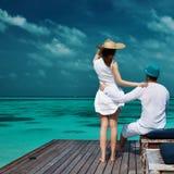 Paar op een strandpier in de Maldiven Royalty-vrije Stock Afbeelding