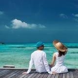 Paar op een strandpier in de Maldiven Stock Fotografie