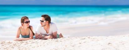 Paar op een tropisch strand royalty-vrije stock foto