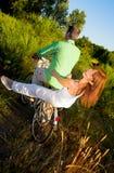 Paar op fiets stock foto